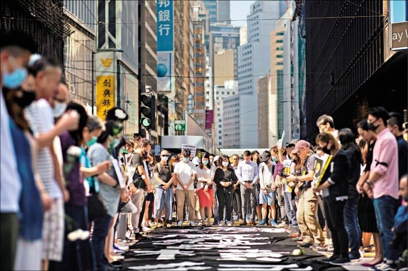 香港民眾8日聚集在中環,哀悼周梓樂。(歐新社)