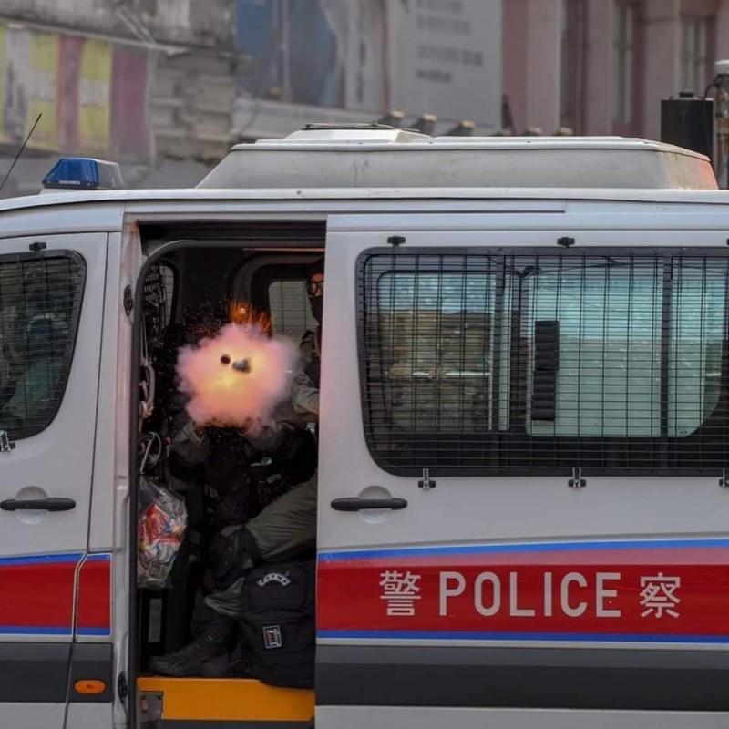 攝影師拍下港警打開車門,直接開槍發射催淚彈的照片,在香港社群上廣為流傳。(攝影師提供)