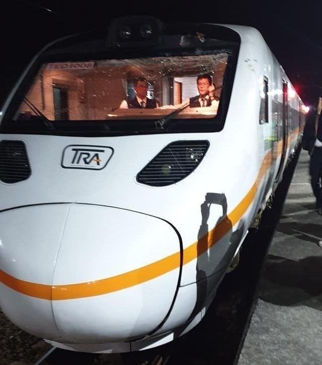 太魯閣號火車頭玻璃有嚴重撞擊的裂痕。(擷圖自新北市議員楊春妹臉書)
