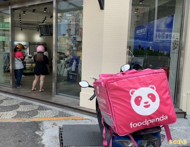 一位Foodpanda外送員昨日發文,稱自己在下班後,到百貨公司逛街,卻被樓管人員要求離開,讓他認為相當不舒服。示意圖。(資料照)