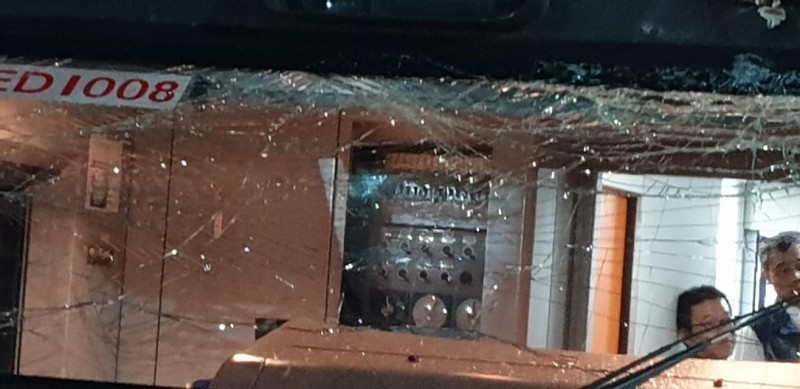 太魯閣號列車玻璃出現碎痕。(擷圖自新北市議員楊春妹臉書)
