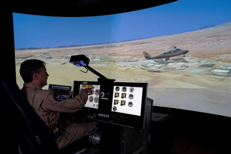 NASA也展示了新造的模擬飛行器,讓工程師和機師得以在完工前搶先體驗操作和維修的手感。(路透)