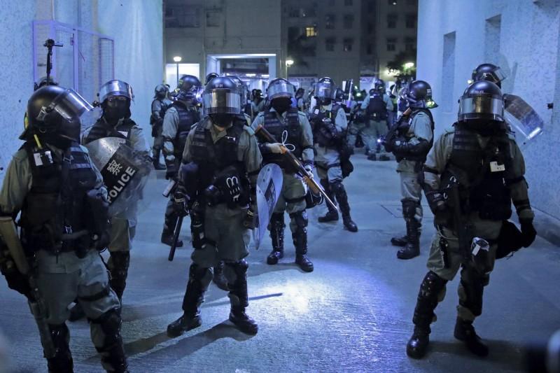 今日凌晨香港警方在處理一件民眾衝突時,多次辱罵記者袖手旁觀、見死不救,遭記者反問「7.21(元朗恐襲)我被人打你有沒有來幫我?」,員警隨即不發一語轉身避談。(美聯社)