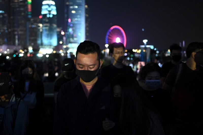 香港市民今日在金鐘添馬公園發起「主佑義士」祈禱及追思會,為周梓樂默哀,大會表示,有約10萬名市民參與。(法新社)
