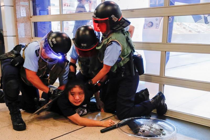 香港警方今天表示,10月22日有收到當事人律師報案,又稱「報案人的指控內容與調查結果並不吻合」。圖為香港警察制伏示威者示意圖。(路透)