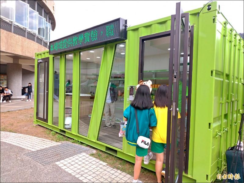 永春高中打造全台北市第一間「智慧柑仔店」,開放校內師生體驗。(記者蔡亞樺攝)