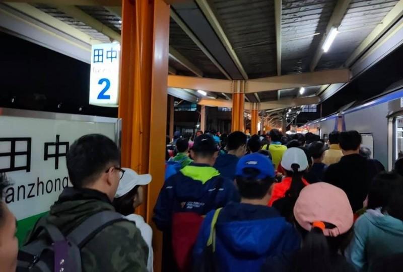「田中馬拉松」今天在舉辦,不少參賽者搭乘台鐵來參加,讓台鐵加班車「爆滿」,田中火車站也塞滿人潮。(圖:曹忠猷提供\文:記者林良哲)