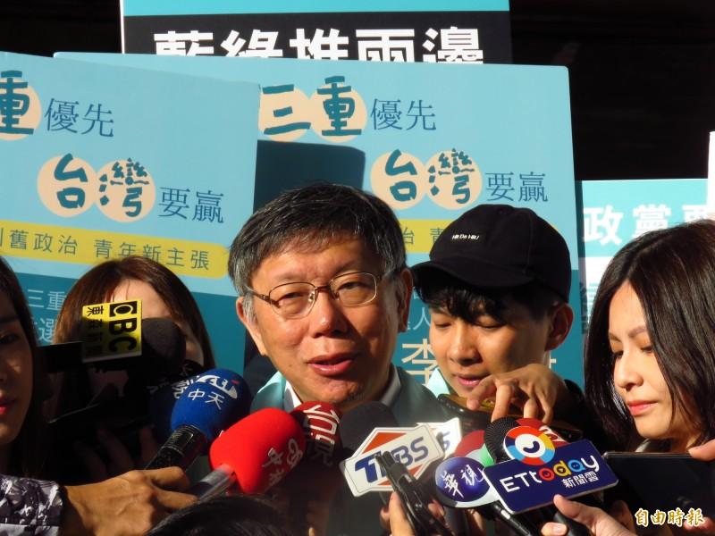 台北市長柯文哲今天至三重重新橋下跳蚤市場,陪同立委參選人李旻蔚拜票。(記者陳心瑜攝)