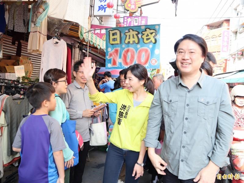 基隆市長林右昌(右)陪同立委洪慈庸到大雅菜市場掃街拜票,因瘦身有成,被稱讚「只有30出頭」歲。(記者歐素美攝)