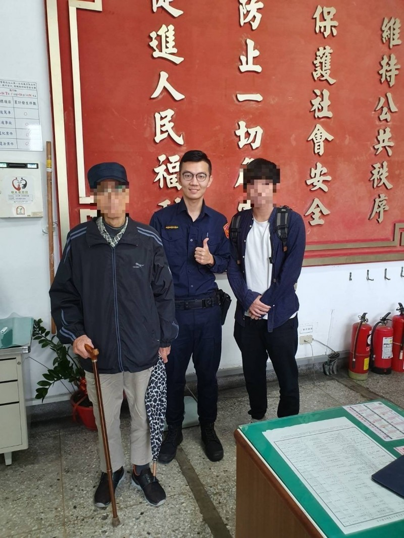 文山一分局萬芳派出所警員黃智為協助找到迷途長者。(記者姚岳宏翻攝)