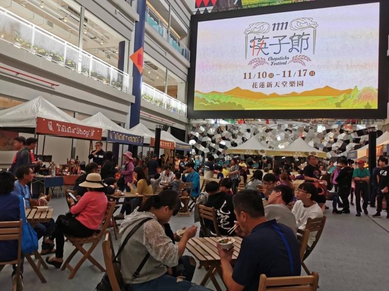 台灣第一屆「1111筷子節」今早在花蓮新天堂樂園登場,現場提供5000份,由吉安米與韭菜烹炒的韭菜滷肉飯,免費讓民眾品嚐。(台開集團提供)