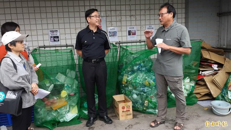 台東大學教授劉炯錫(右)在自己住的東海國宅推動零垃圾分類。(記者黃明堂攝)