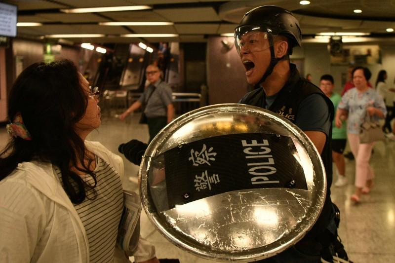 香港警方在處理「反送中」示威上,一再出現執法失當等疑慮,引起港人憤慨。(法新社)