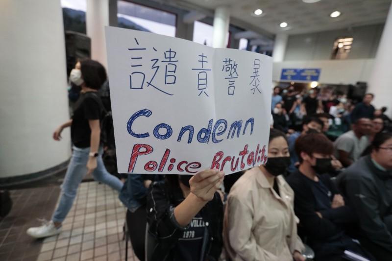 香港民眾疾呼成立「獨立調查委員會」,以查清警察暴力情形,但港府堅拒。(美聯社)