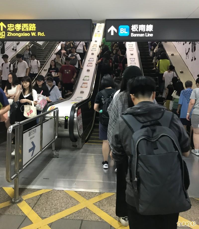 台北捷運是不少通勤族上下班的工具,不過很多乘客仍不確定在手扶梯左側是否能久站。(記者蔡思培攝)