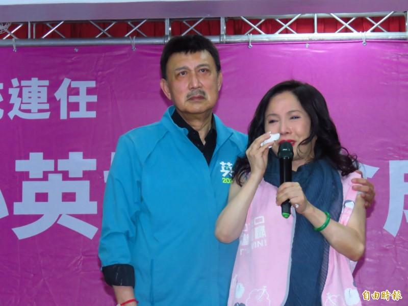 李亞萍(右)邊哭邊致詞,余天(左)緊攬著妻子的肩膀打氣。(記者陳心瑜攝)