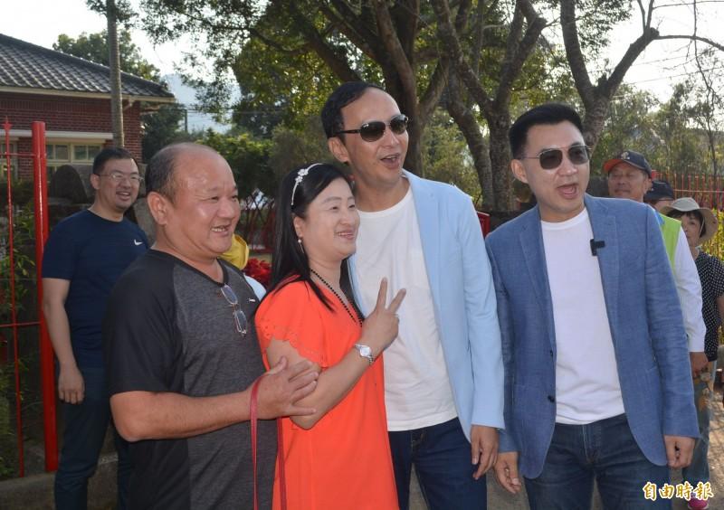 朱立倫(右二)今天下午陪江啟臣(右一)到新社逛花海,不少民眾搶著和2人拍照。(記者陳建志攝)