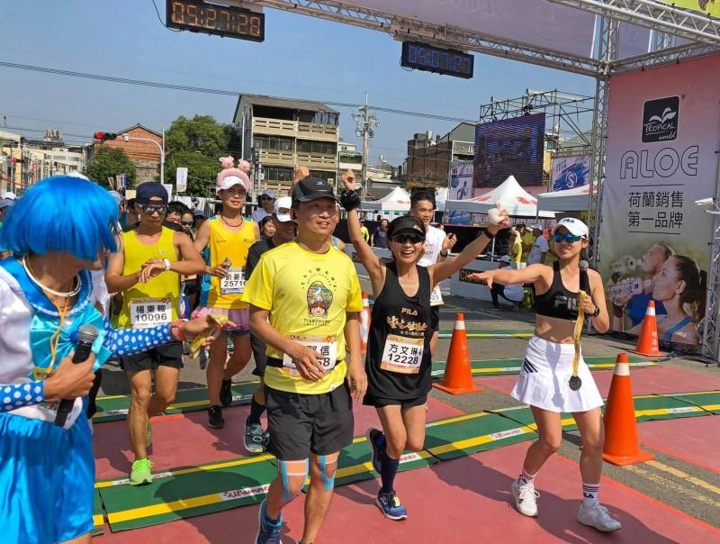 方文琳(右2)為信念而跑,已5小時27分完成全馬競賽。(翻備方文琳臉書)