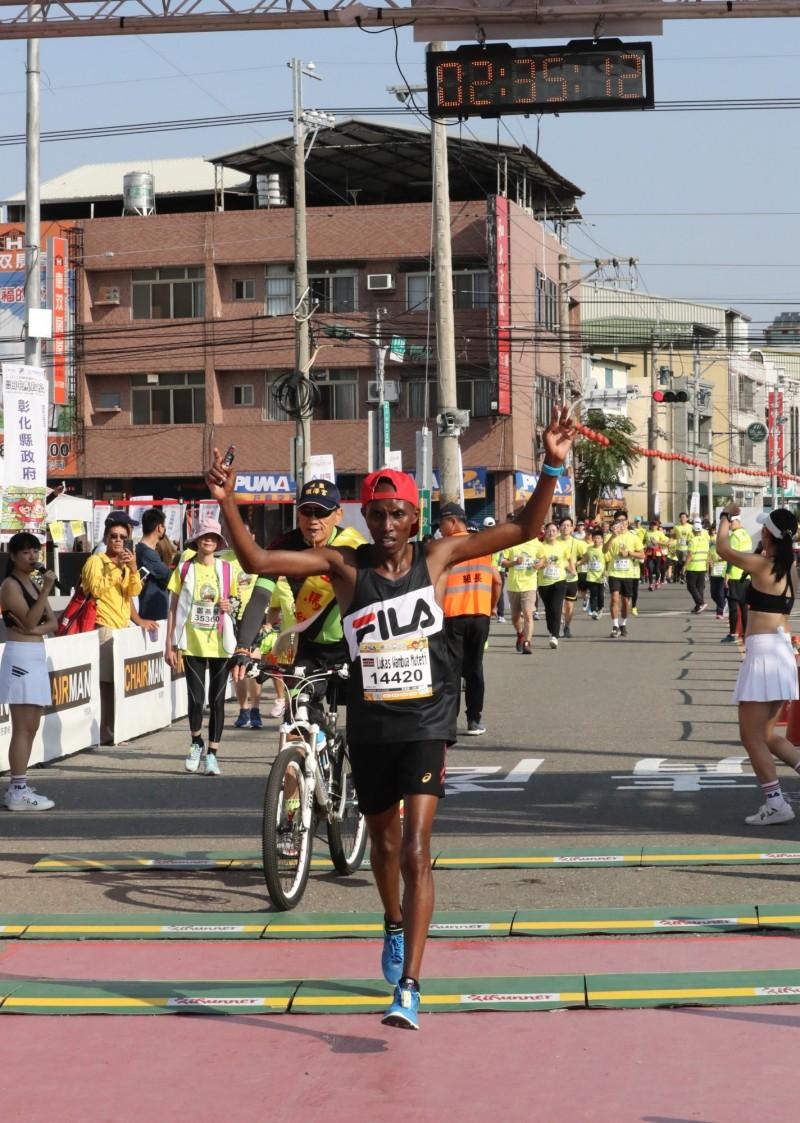 全馬祖冠軍,肯亞選手Lukas Wambua Muteti 以2小時35分13秒奪冠。(記者陳冠備翻攝)