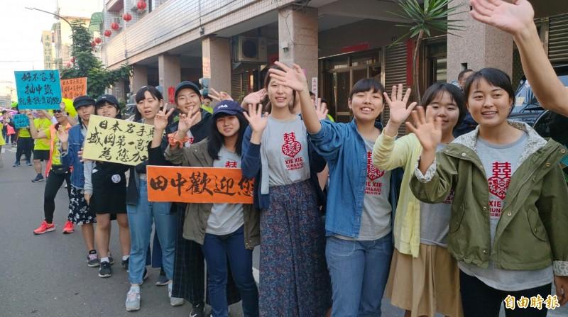 來自日本岩手縣盛岡第一高等中學的師生,因為感恩311地震,台灣對日本的捐助,來田中馬為選手加油。(記者陳冠備攝)