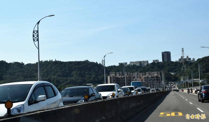 大溪武嶺橋這兩天週休的白天都是往桃園花彩節大溪展區的車流,車輛龜速走走停停。(記者李容萍攝)