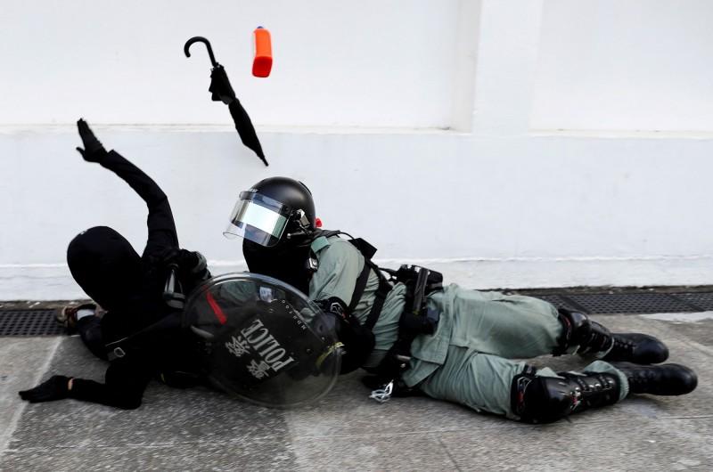 在九龍塘的又一城商場,出現了數名市民與多名便衣員警打鬥的情況,原先遭便衣員警壓制的2人也趁機逃走。圖為香港警察制服示威者。(路透)