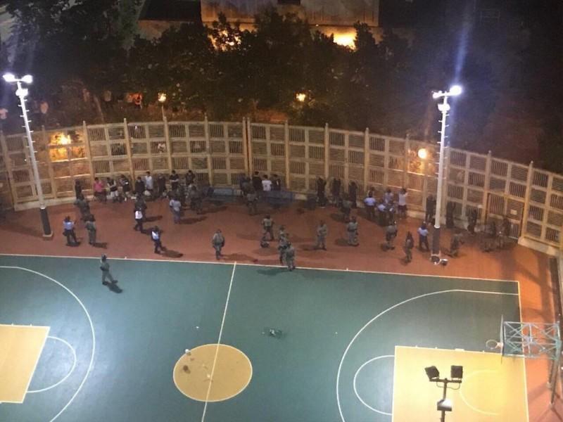 警方進入球場搜身。(圖擷取自TG_寶寶Channel)