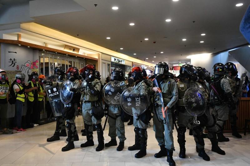 鎮暴警察一度持槍進入「荃新天地」商場。(法新社)