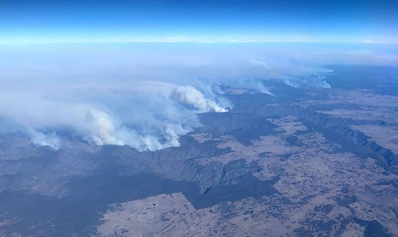 野火持續延燒澳洲東部,空拍畫面可以見到到處都有火點。(法新社)