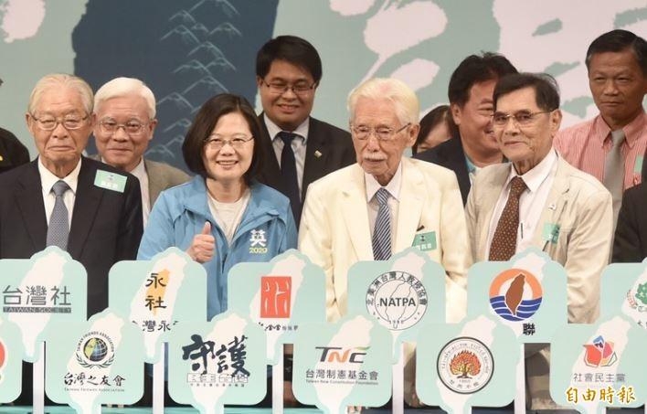 總統蔡英文與辜寬敏等人出席「守民主護台灣大聯盟」,辜寬敏認為國民黨推韓國瑜選總統很丟臉。(記者簡榮豐攝影)