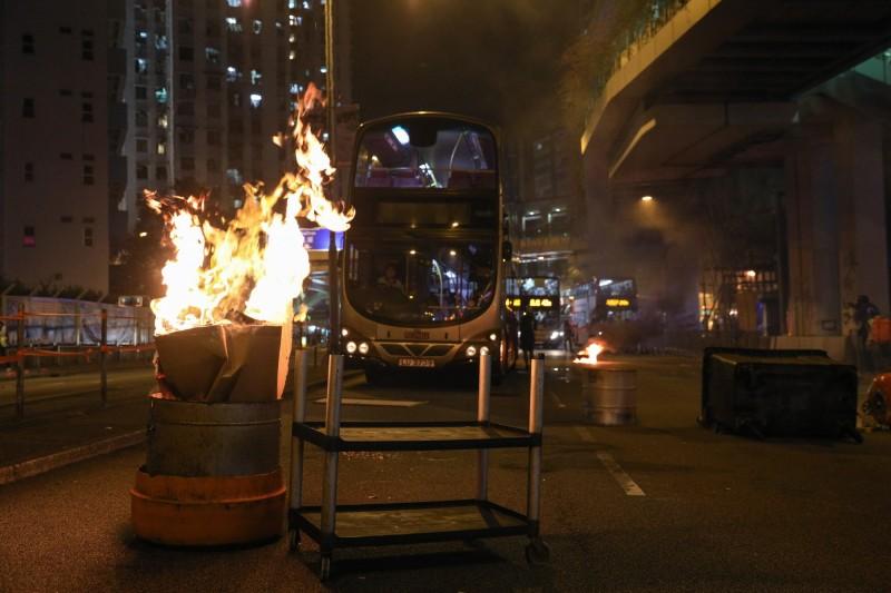 屯門也有示威者進行堵路行動。(歐新社)