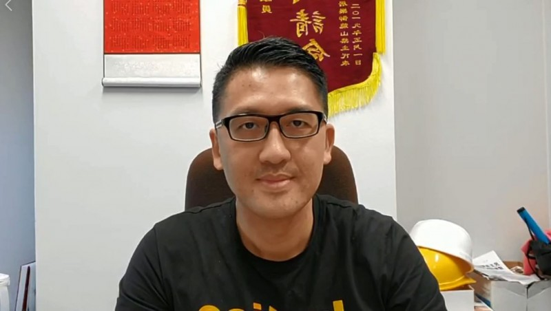 香港警方欲拘捕7名民主派立法會議員,其中林卓廷昨晚堅守立法會不出,抗議港府秋後算帳。(圖擷取自林卓廷臉書直播)