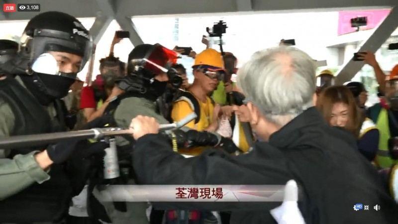多名老年人至警方防線前求情。(擷取自《香港電台》直播畫面)