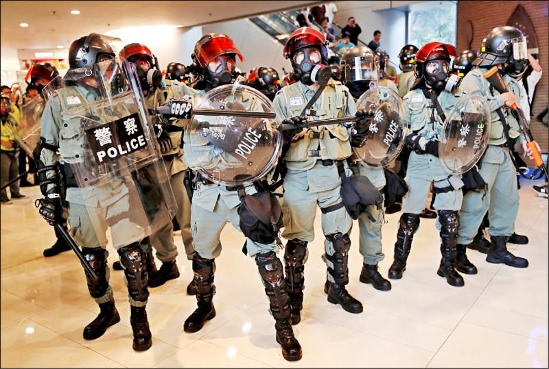 香港鎮暴警察進入購物中心戒備示威者。(路透)