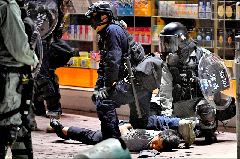 港府延攬的國際專家五人小組認為,負責調查警方用武的監警會能力不足,建議交由具備必然權力的獨立調查單位深入調查。(法新社)