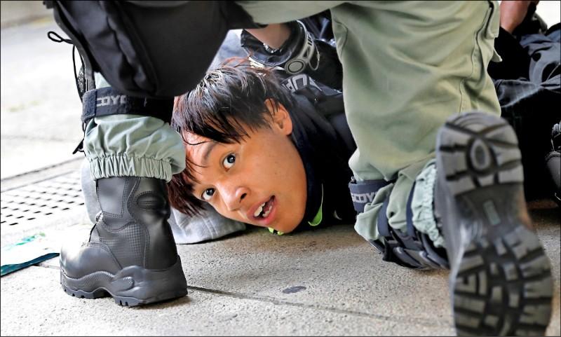 香港示威者被�暴警察�褐圃诘亍�(路透)