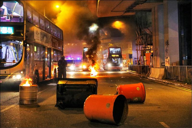 香港示威者在路上堆放障�K物、�v火。(�W新社)
