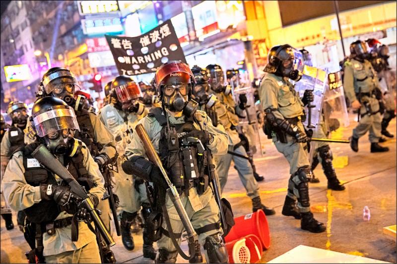 港警昨夜在荃�瞅��s群�。(�W新社)
