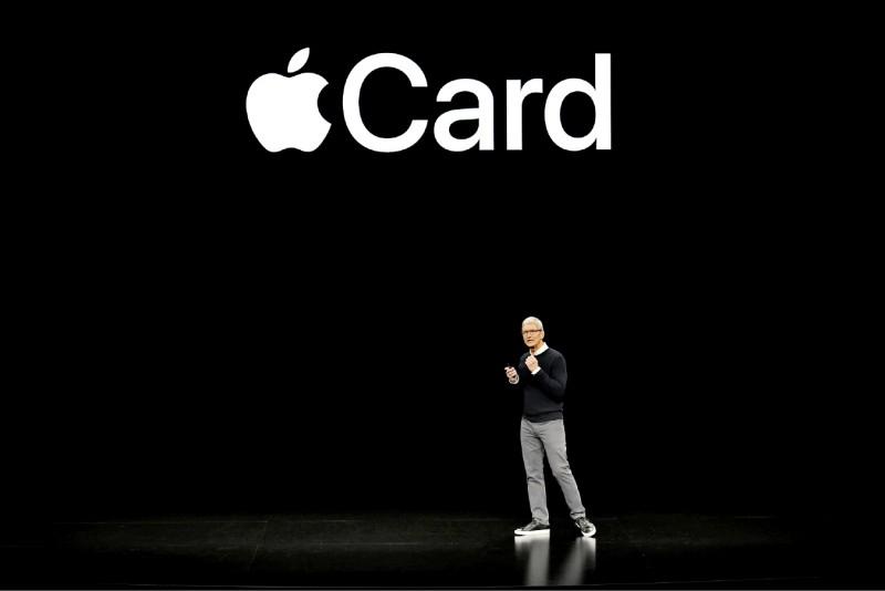 蘋果公司和高盛集團合作發行蘋果卡,卻被客戶指控其演算法涉及性別歧視。圖為蘋果執行長庫克三月間在美國加州庫帕提諾(Cupertino)舉行的蘋果新品發表會上致詞。(法新社檔案照)