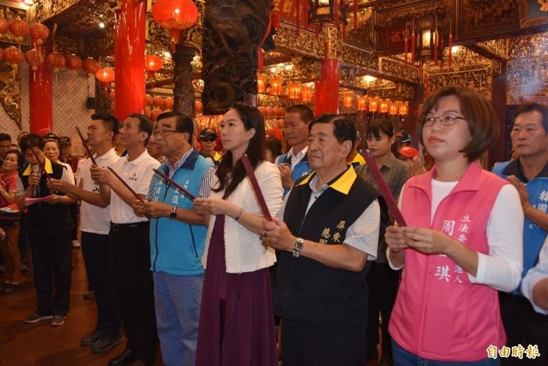 韓國瑜夫人李佳芬到屏東慈鳳宮等廟宇參拜。(記者葉永騫攝)