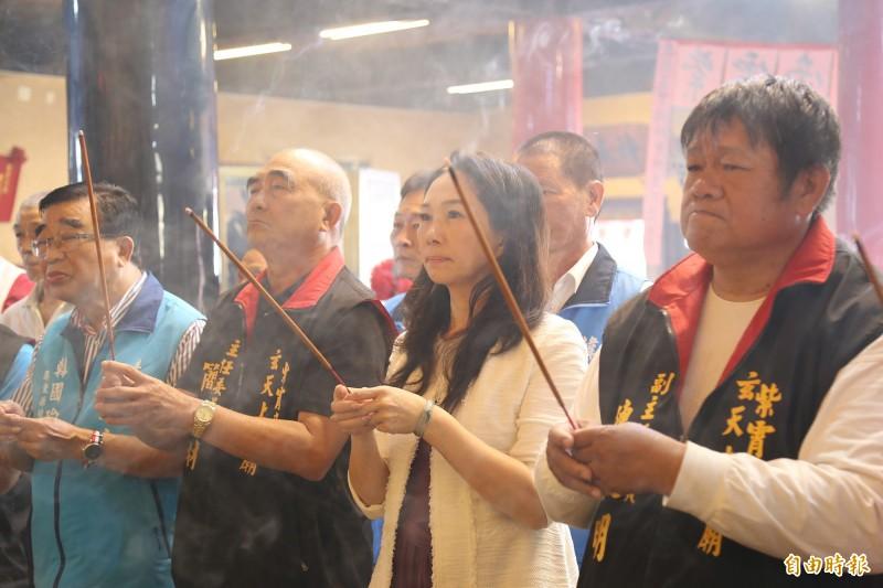 國民黨總統參選人韓國瑜的夫人李佳芬,今天代夫在屏東市拜廟。(記者邱芷柔攝)