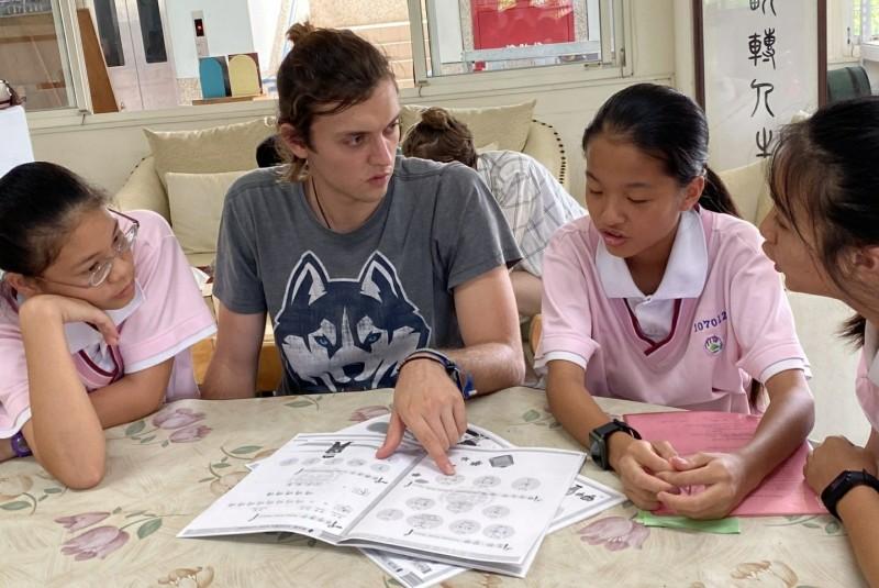 德國的志工Nick(左2)教導六甲國中學生上課。(記者楊金城翻攝)