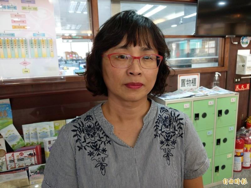 高雄市社會局家防中心主任李慧玲說明女嬰疑似受虐情形。(記者方志賢攝)