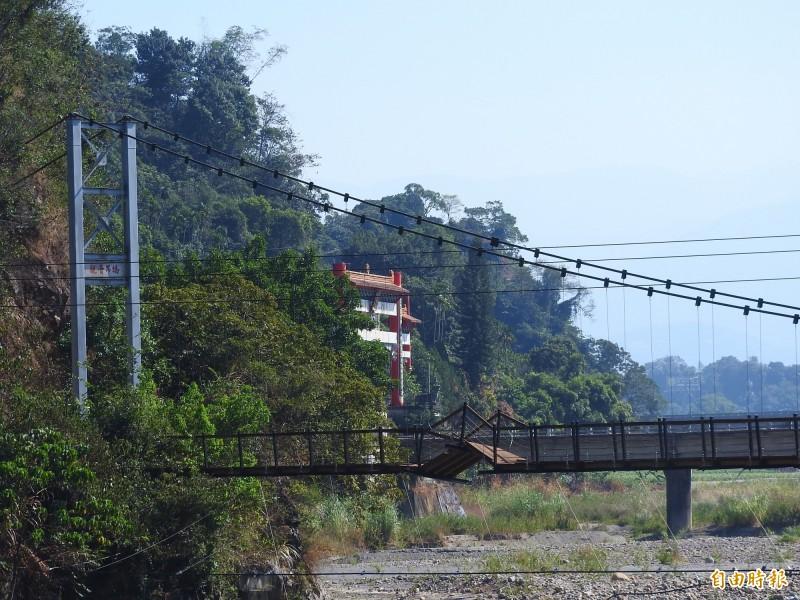 埔里鎮觀音3號隧道旁的觀音生態步道吊橋,因風災受損,整座吊橋傾斜,目前已封閉多年。(記者佟振國攝)