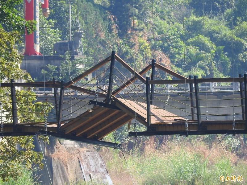 觀音吊橋的一截橋面已經斷裂翹起,令人怵目驚心。(記者佟振國攝)