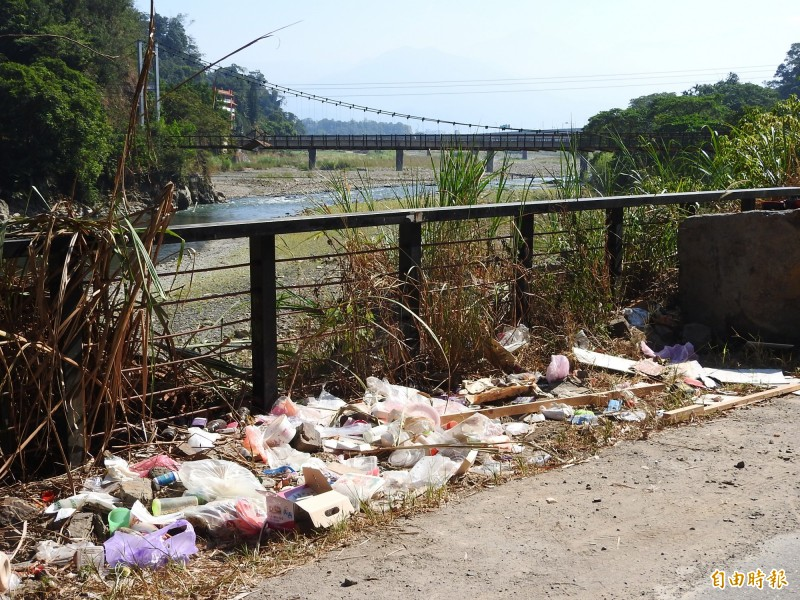 觀音生態步道淪為違法傾倒廢棄物天堂,民眾痛批誰會想來看危橋與垃圾。(記者佟振國攝)