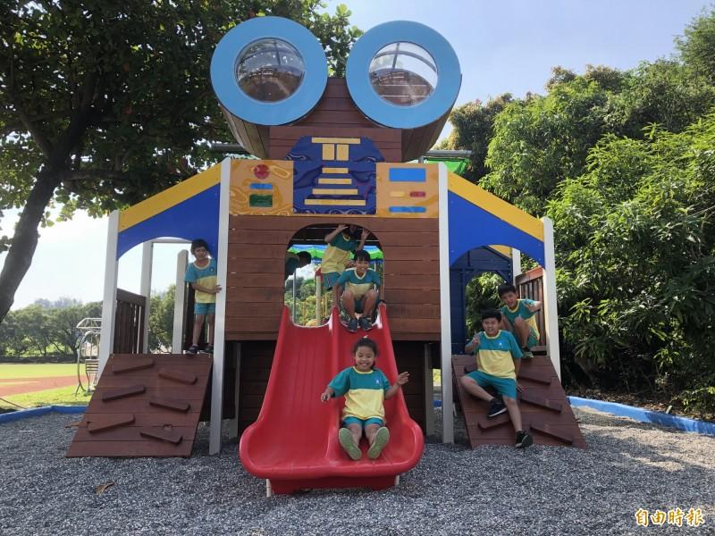 台南大內二溪國小打造太空機器人創意遊戲場,成為學生下課必去的地方。(記者萬于甄攝)