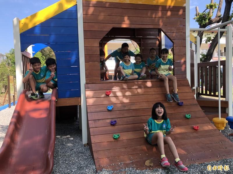 台南大內二溪國小將遊戲場融入天文太空概念,受到小朋友青睞,更讓學童玩得樂不可支。(記者萬于甄攝)