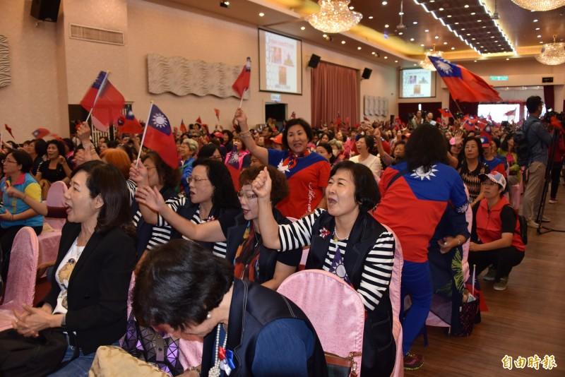 國民黨韓國瑜及立委選舉屏東縣婦女後援會成立,數百位支持者到場參加。(記者葉永騫攝)