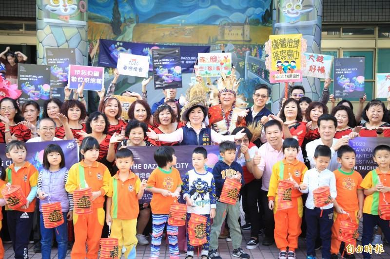 副市長楊瓊瓔出席大雅區公所「閃唱閃跳迎燈會」快閃活動,宣傳2020台灣燈會在台中。(記者歐素美攝)